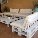 biały zestaw mebli z palet w ogrodzie